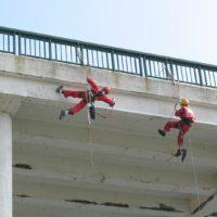 Installation de filets de sécurité sous le pont de La Trinité-sur-mer en Morbihan.
