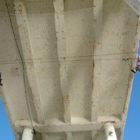 Fixation de filets de sécurité sous le pont de La Trinité-sur-mer en Morbihan.