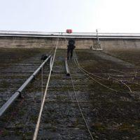 Pose d'un collecteur de fuite sur le barrage de Guerledan