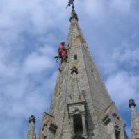 Cordiste réalisant la descente feuillard cuivre de l'église d'Elven.