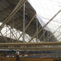 Fixation de filets de sécurité sous toiture à Lorient.