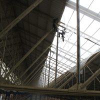 Pose de filets de sécurité sous les éléments translucide de la toiture du hangar.