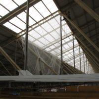 Pose de filets de sécurité sous toiture à Lorient.