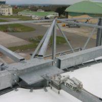 Fixation lignes de vie sur toiture de hangar.
