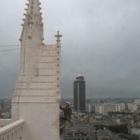 Application d'un badigeon à la chaux sur la cathédrale de Nantes.