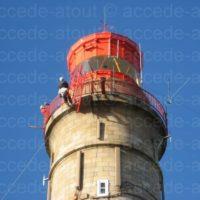 Pose d'une échelle pour accèder à la coupole d'un phare à Belle-Île-en-Mer.