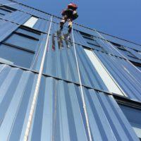 Inspection de façade d'immeuble à la corde