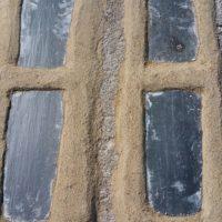 Conduit de cheminée obstrué par plaque d'ardoise.