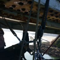 Technicien cordiste en cours d'inspection du pont Lorois.