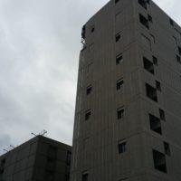 Pose des lisses et tôles de bardage au sommet d'un immeuble à Rennes.