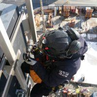 Fixation des lisses de bardage au sommet d'un immeuble de 50 mètres à Rennes.