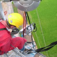 Travaux à la corde pour remplacement des projecteurs du stade de Lorient.
