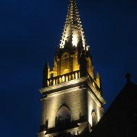Flèche de l'église de Plouhinec éclairée par les nouveaux projecteurs