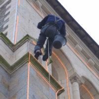 travaux en hauteur pour illumination de clocher d'église.