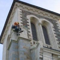 Installation de cordons lumineux pour illumination sur l'église de Sixt sur Aff.
