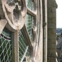Mise en place de filets anti volatiles sur les fenêtre de la nef