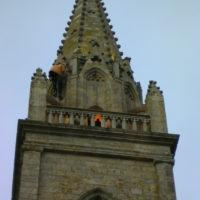 Travaux à la corde pour remplacement et re-cablage des projecteurs de la flèche de l'église de Plouhinec.