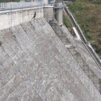 Purge des épaufrures au barrage de Guerlédan