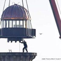 pose d'une lanterne au sommet d'un phare à lorient